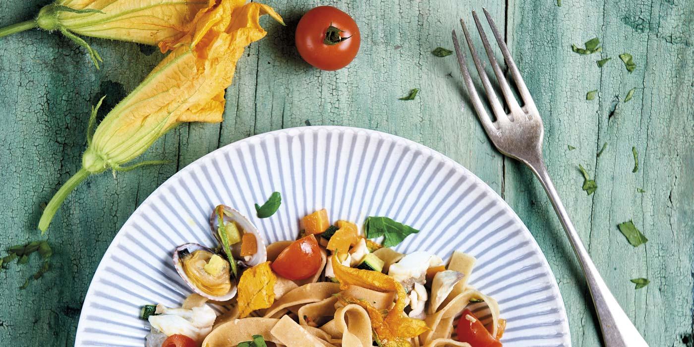 Ricetta Fettuccine con vongole, branzino, verdure e zenzero - La Molisana