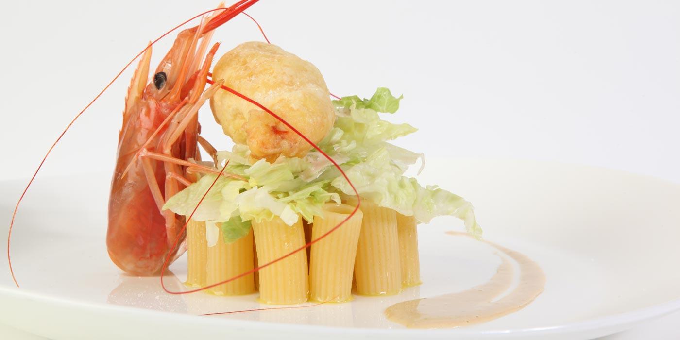 Ricetta Rigatoni in insalata con iceberg, maionese all'ostrica e gamberoni in tempura - La Molisana