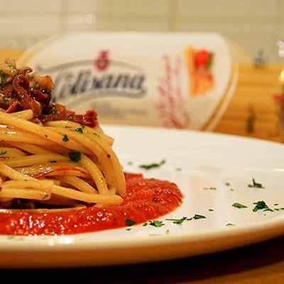 Ricetta Spaghetto Quadrato con ragù di totani, pomodori secchi e teste di calamaretti - La Molisana