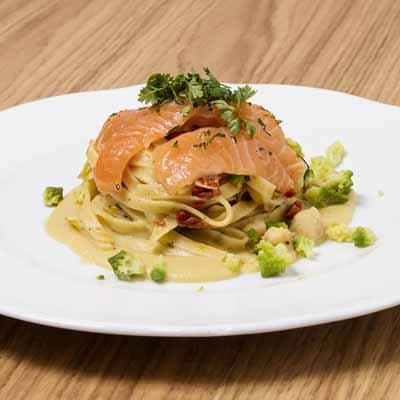 Ricetta Tagliatelle con aglio olio e peperoncino e carpaccio di salmone - La Molisana