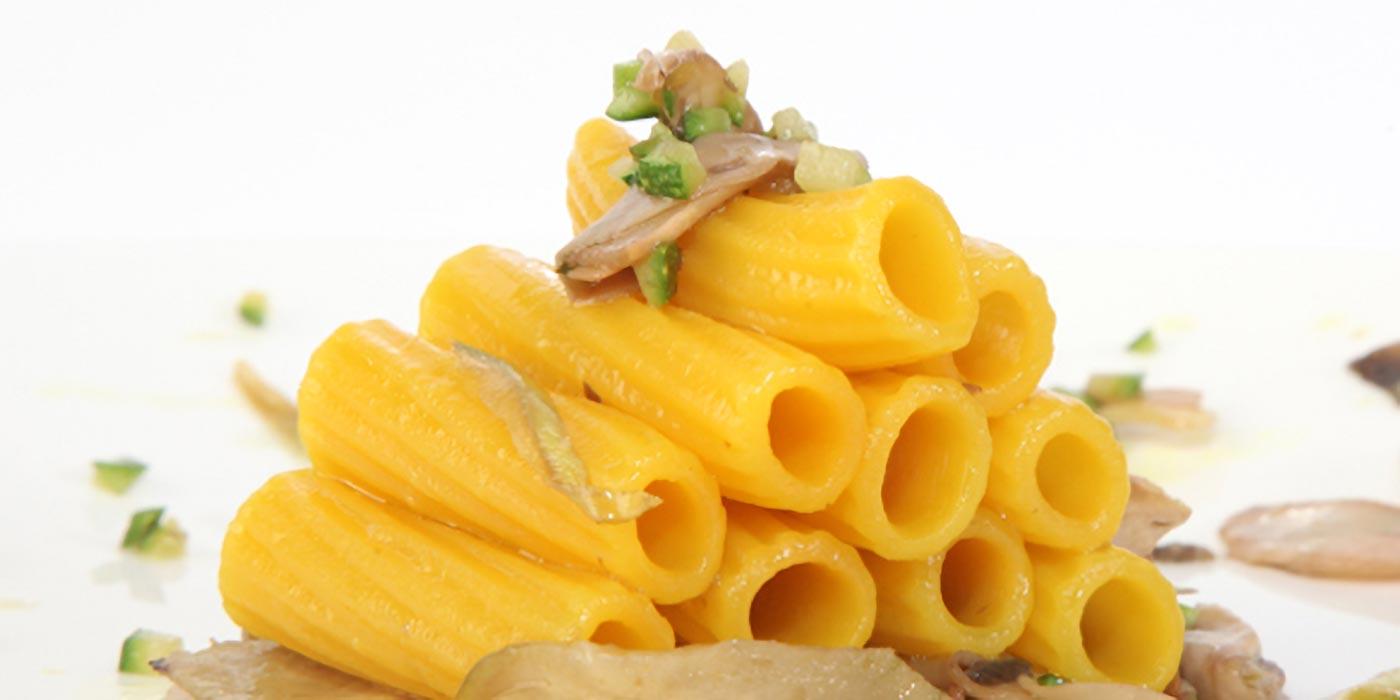 Ricetta Maccheroni al curcuma con brunoise di zucchine, julienne di carciofi e funghi croccanti - La Molisana