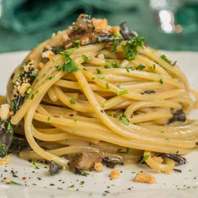Ricetta Spaghetto Quadrato con funghi neri mantecati al Trentingrana - La Molisana