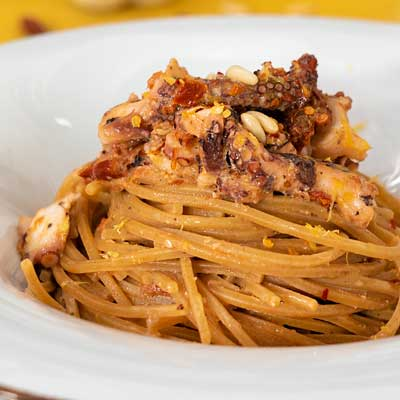 Ricetta Spaghetto quadrato integrale con pesto di pomodori secchi e polpo croccante - La Molisana