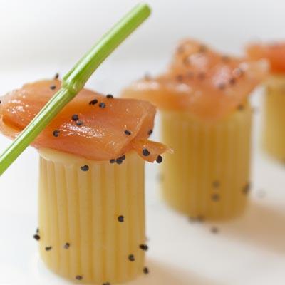 Ricetta Finger Food di Mezzo Rigatone La Molisana con crema pasticciera salata e salmone