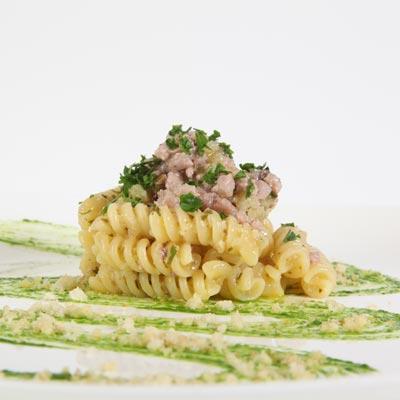 Ricetta Fusilli con tonno, cipolla, olive e mollica di pane