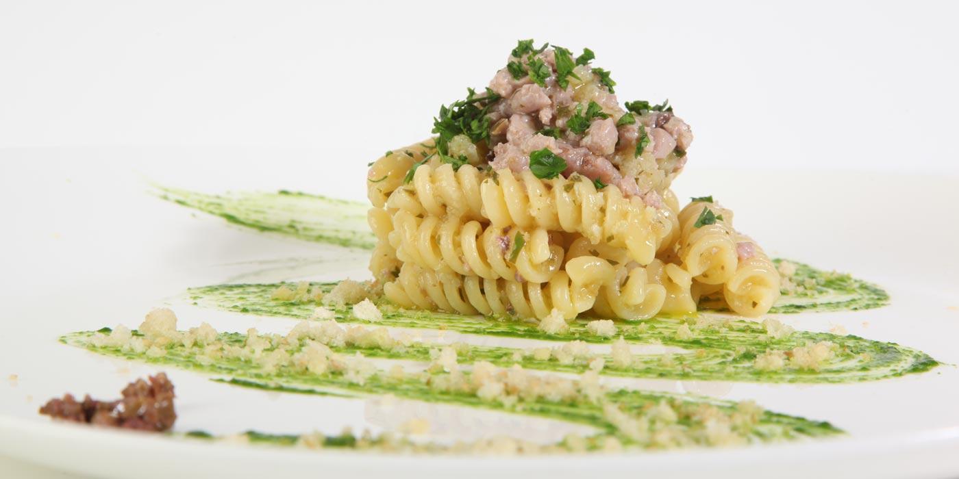 Ricetta Fusilli La Molisana con tonno, cipolla, olive e mollica di pane