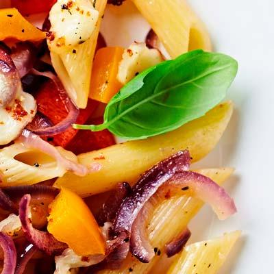 Ricetta Penne rigate La Molisana al forno con peperoni, cipolla rossa e mozzarella di bufala