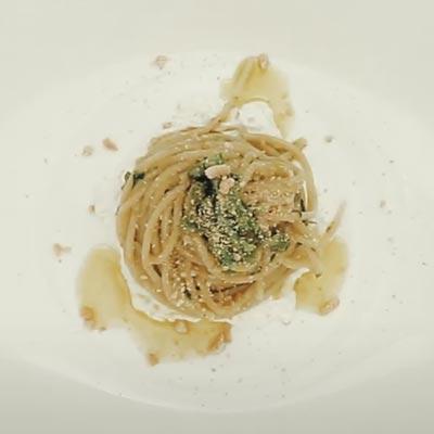 Ricetta Spaghetto Quadrato con aglio, olio, cime di rape su fonduta di burrata e taralli sbriciolati - La Molisana